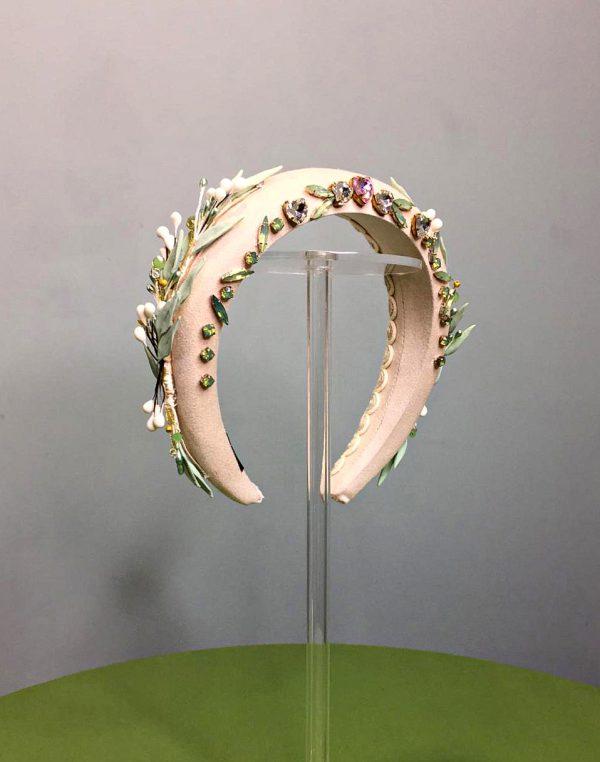 Diadema dorada con bordado de cristales y ramas laterales de porcelana.