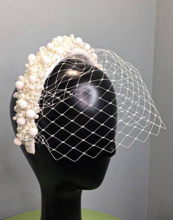 Diadema forrada con bordado de perlas y tela con red